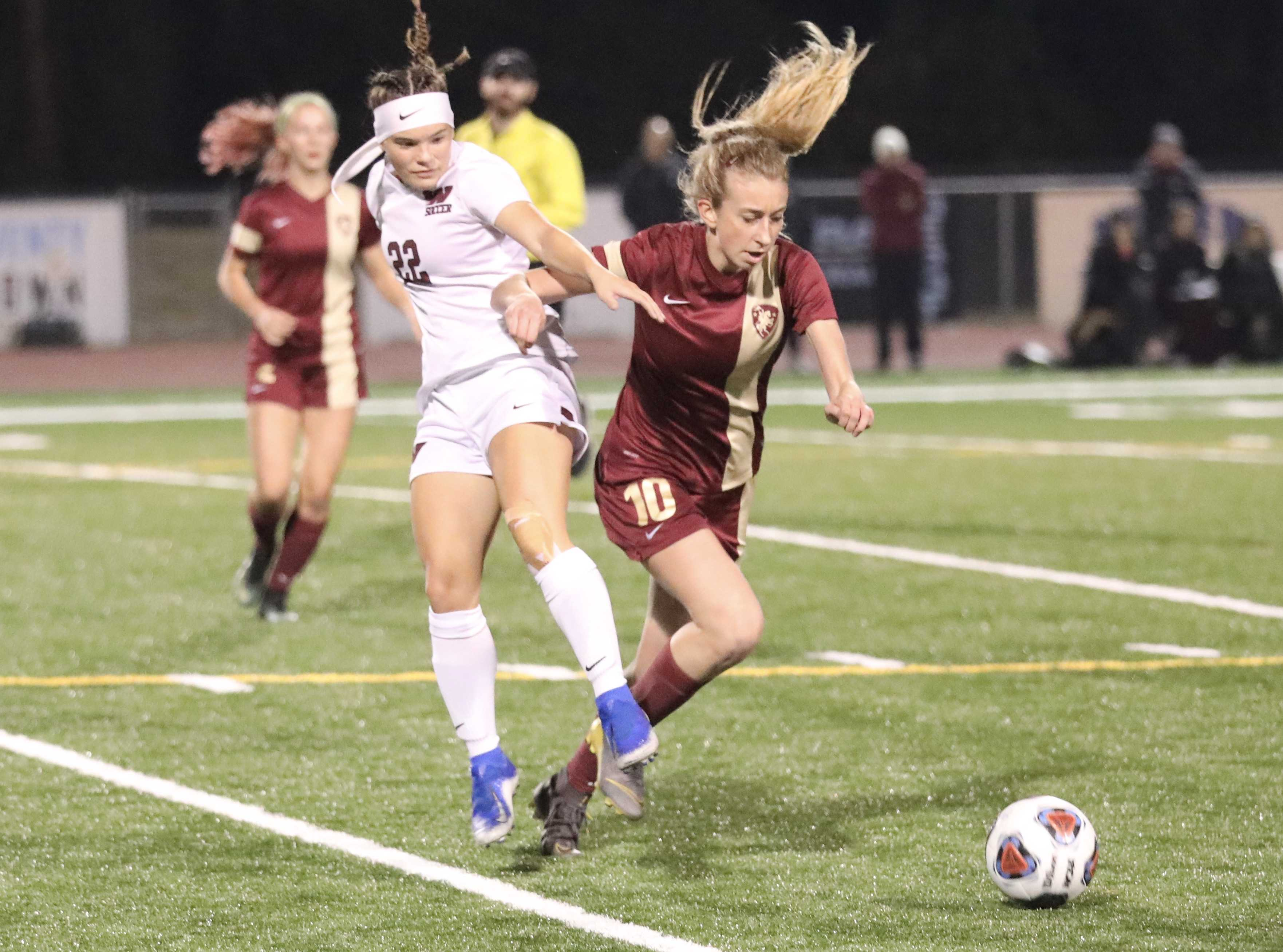 Kaiyana Duxbury of Willamette, left, battles Crescent Valley's Meredity Marten for a free ball Saturday night (Norm Maves Jr.)