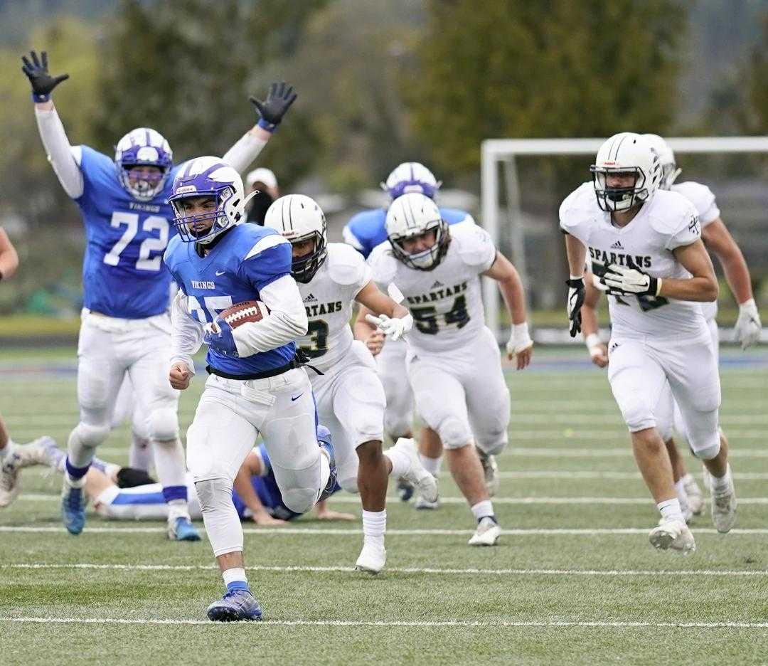 Mazama's Zeke Heaton runs for a 57-yard touchdown in the fourth quarter Saturday against Marist Catholic. (Photo by Jon Olson)